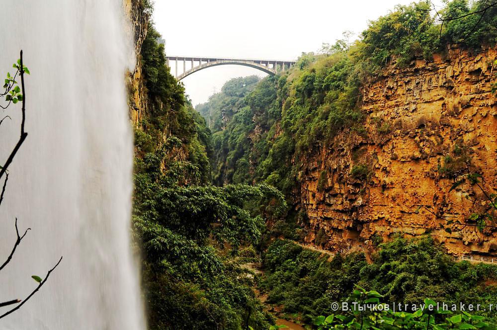 ущелье малинг за стеной из водопада
