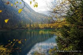 зеркальное отражение в озере в парке цзючжайгоу китай