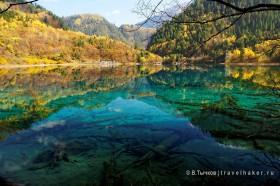 зеркальное озеро в долине цзючжайгоу китай