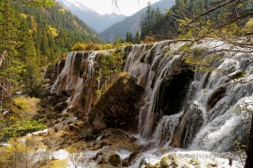 водопад жемчужина в долине цзючжайгоу китай