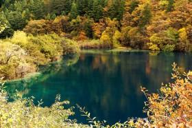 синее цветное озеро в цзючжайгоу китай
