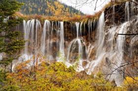 цзючжайгоу водопад нуориланг в заповеднике китая осенью