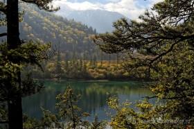 зеркальная вода отражает горы в долине цзючжайгоу китай