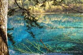 зеркальная гладь озера в цзючжайгоу китай