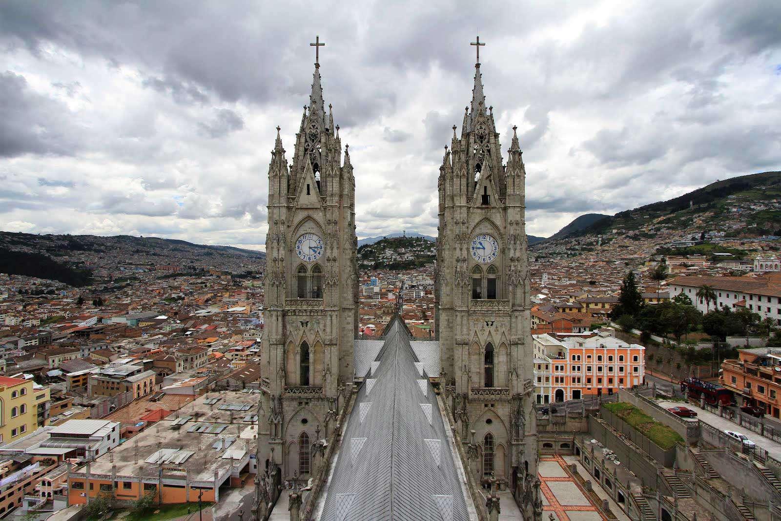 Вид с вершины базилики дель вото насьональ, Кито