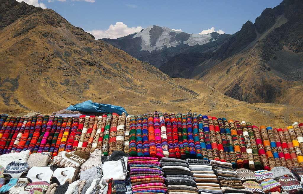 Торговые прилавки на перевале Ла Райя, Перу